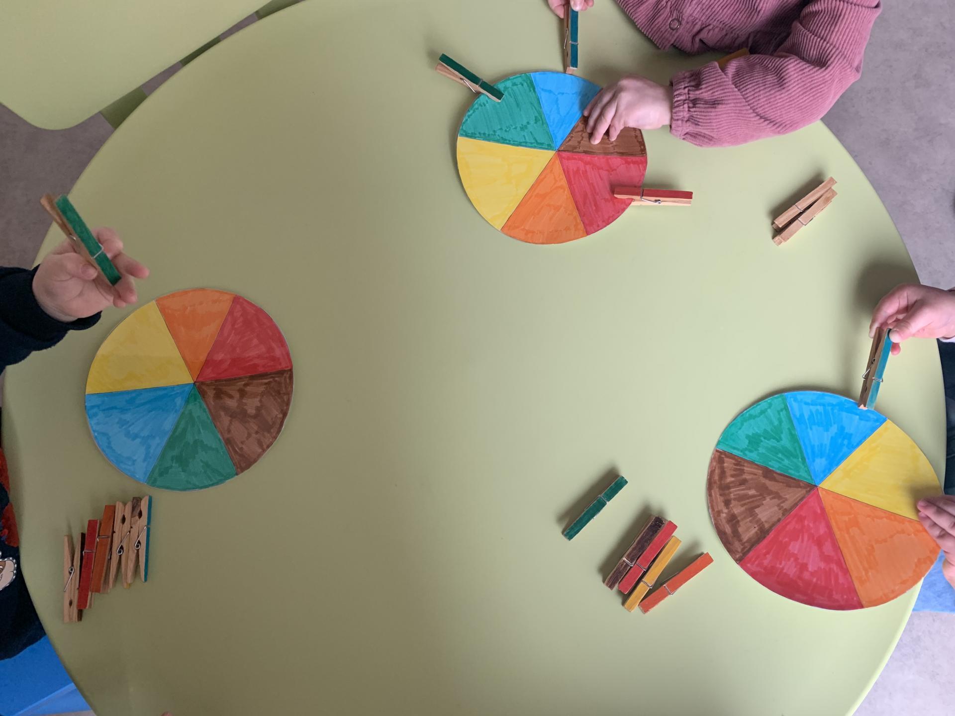 Activité Montessori autour des couleurs et de la préhension